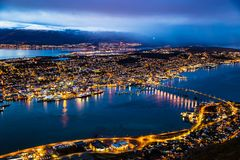 Tromso-Nachtstadtpanoramablick-Straßenlaterne Norwegen lizenzfreie stockbilder