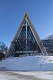 Tromso, Noorwegen - Maart 10, 2012: architectuur van noordpoolkathedraal in blauw hemel zonnig weer in de wintertijd Stock Afbeeldingen