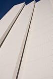 Tromso, Norwegen - 10. März 2012: Architekturdetail der arktischen Kathedrale im sonnigen Wetter des blauen Himmels in der Winter Lizenzfreie Stockfotografie
