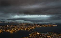 Tromso si è illuminato in isola alla notte fotografia stock