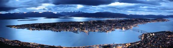 Tromso vid skymningpanoramat, nordliga Norge Arkivbilder