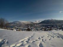 TROMSOE, NORWEGEN - 4. MÄRZ 2017: Tromsoe-Stadtinsel-Überblickvideo mit Autoverkehr über der tromsoe Inselbrücke, schneebedecktes Lizenzfreies Stockfoto