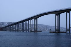 Tromsoe-Stadt-Inselbrücke während des Nebels des schweren Wetters über kaltem blauem Fjord Stockfotografie