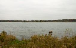 Tronçon dans le lac Photo stock