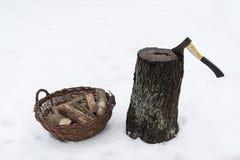 Tronçon en bois de bois de chauffage de hache Image libre de droits
