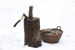 Tronçon en bois de bois de chauffage de hache Images stock