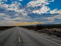 Tronçon seul de route au coucher du soleil images libres de droits
