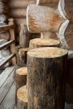 Tronçons en bois près de la maison Photo stock