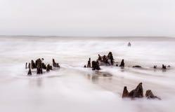 Tronçons en ressac débordant d'océan images stock