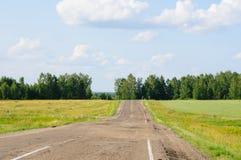 Tronçons vides de route de campagne à l'horizon Images libres de droits