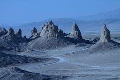 Tronaeinstellung zeigt Berggipfel von der Sciencefictionseinstellung Stockfotografie