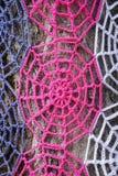 Tronc d'un arbre avec le knit rose Photo libre de droits