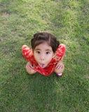 Tronc drôle d'exposition de fille sur se reposer Image stock