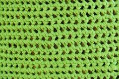 Tronchi di albero decorati con vestito nelle creazioni meravigliosamente tricottate in vari colori fotografie stock libere da diritti