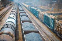 Tronchi ferroviari nella distanza, tre treni merci trasporti Fotografie Stock