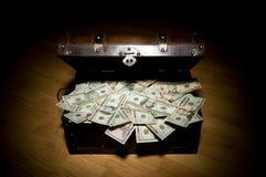 Tronco completamente do dinheiro fotografia de stock