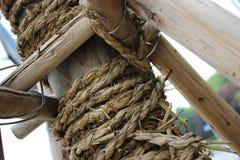 Tronco de árbol envuelto y apoyado Imagen de archivo