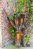 Tronco de árbol tallado en Bedburg-Kaster, Alemania Foto de archivo