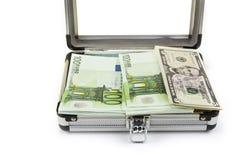 Tronco de alumínio pequeno completamente dos euro e dos dólares fotografia de stock royalty free