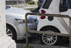 Tronco de carro scrathing abundante em um parque de estacionamento Quebrando regras fotografia de stock royalty free