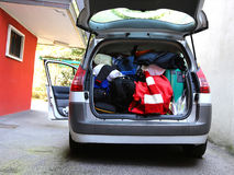 Tronco de coche cargado con los bolsos y el equipaje Foto de archivo libre de regalías