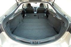 Tronco de coche con los asientos posteriores doblados fotografía de archivo libre de regalías
