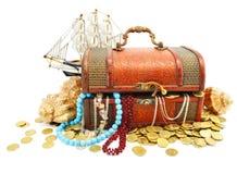 Tronco de madera viejo con el dinero y la joyería aislados imagenes de archivo