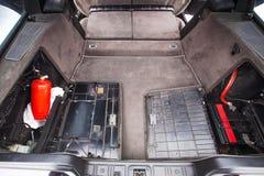 Tronco de un coche retro viejo con los pedazos Foto de archivo