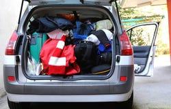Tronco del coche muy sobrecargado con los bolsos y el equipaje Foto de archivo libre de regalías