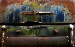 Tronco oxidado do automóvel velho do vintage em Route 66 imagem de stock