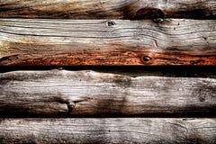 Troncs en bois rustiques sur le fond de mur de carlingue de rondin Images libres de droits