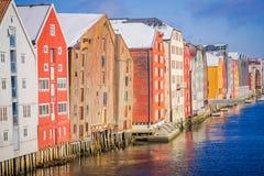 TRONDHEIM NORGE - APRIL 04, 2018: Härlig utomhus- sikt av berömda träkulöra hus i den Trondheim staden, Norge Arkivfoton