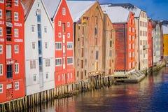 TRONDHEIM NORGE - APRIL 04, 2018: Härlig utomhus- sikt av berömda träkulöra hus i den Trondheim staden, Norge Royaltyfri Bild