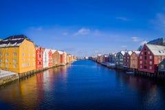TRONDHEIM NORGE - APRIL 04, 2018: Utomhus- sikt från bron till berömda träkulöra hus i den Trondheim staden, Norge Arkivfoto