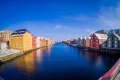 TRONDHEIM NORGE - APRIL 04, 2018: Utomhus- sikt från bron till berömda träkulöra hus i den Trondheim staden, Norge Royaltyfria Foton