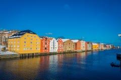 TRONDHEIM NORGE - APRIL 04, 2018: Utomhus- sikt från bron till berömda träkulöra hus i den Trondheim staden, Norge Royaltyfri Bild