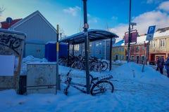 TRONDHEIM NORWEGIA, KWIECIEŃ, - 04, 2018: Niezidentyfikowani ludzie w rzędzie rowery pod autobusową przerwą blisko do i ulicach Zdjęcia Royalty Free