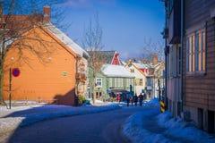 TRONDHEIM NORWEGIA, KWIECIEŃ, - 04, 2018: Plenerowy widok niezidentyfikowani ludzie chodzi w małej i starej ulicie blisko do Obrazy Royalty Free