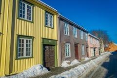 TRONDHEIM NORWEGIA, KWIECIEŃ, - 04, 2018: Plenerowy widok Skandynawski drewniany budynku stojak wzdłuż starej ulicy w Trondheim Obrazy Stock