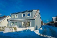 TRONDHEIM NORWEGIA, KWIECIEŃ, - 04, 2018: Plenerowy widok tradycyjny Skandynawski drewniany utrzymanie domów stojak wzdłuż starej Zdjęcia Stock