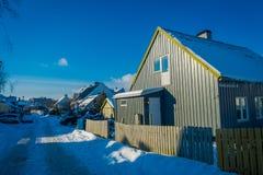 TRONDHEIM NORWEGIA, KWIECIEŃ, - 04, 2018: Plenerowy widok tradycyjny Skandynawski drewniany utrzymanie domów stojak wzdłuż starej Zdjęcia Royalty Free