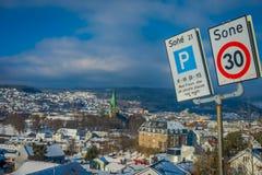 TRONDHEIM NORWEGIA, KWIECIEŃ, - 04, 2018: Pouczający znak z wspaniałym widok z lotu ptaka norweski miasto z budynkami wewnątrz Obrazy Stock