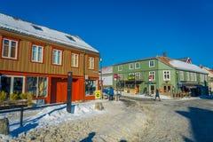 TRONDHEIM NORWEGIA, KWIECIEŃ, - 04, 2018: Tradycyjny Skandynawski drewniany budynku stojak wzdłuż starej ulicy w Trondheim Obrazy Stock