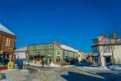 TRONDHEIM NORWEGIA, KWIECIEŃ, - 04, 2018: Tradycyjny Skandynawski drewniany budynku stojak wzdłuż starej ulicy w Trondheim Zdjęcie Royalty Free