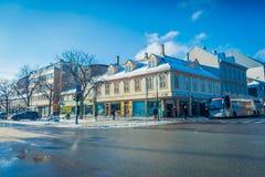 TRONDHEIM NORWEGIA, KWIECIEŃ, - 04, 2018: Tradycyjny Skandynawski drewniany budynku stojak wzdłuż starej ulicy w Trondheim Zdjęcia Stock