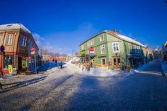 TRONDHEIM NORWEGIA, KWIECIEŃ, - 04, 2018: Tradycyjny Skandynawski drewniany utrzymanie domów stojak wzdłuż starej ulicy w Trondhe Obraz Royalty Free