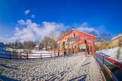 TRONDHEIM NORWEGIA, KWIECIEŃ, - 04, 2018: Widok stary drewniany most Gamle Bybro nad nidelva rzeką w Trondheim Zdjęcie Royalty Free