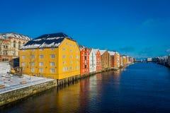 TRONDHEIM NORWEGIA, KWIECIEŃ, - 04, 2018: Wspaniały widok sławni drewniani barwioni domy od mosta w Trondheim mieście, Norwegia Fotografia Stock