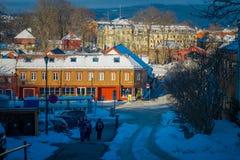 TRONDHEIM NORWEGIA, KWIECIEŃ, - 04, 2018: Niezidentyfikowani ludzie chodzi w tradycyjnym Skandynawskim drewnianym utrzymanie domó Obrazy Stock