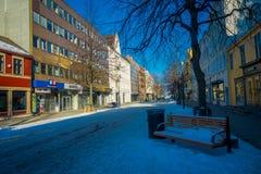TRONDHEIM NORWEGIA, KWIECIEŃ, - 04, 2018: Plenerowy widok puste ulicy z tradycyjnym Skandynawskim budynku stojakiem Fotografia Royalty Free